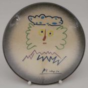 Wandteller 'Abstrakter Kopf' / A wall plate with an abstract head, signiert Picasso, wohl