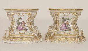 Paar frühe Postamente mit Watteau Malerei / A pair of early pedestals, Meissen, um 1745Material: