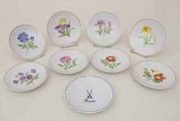 Satz von 9 Konfekttellern mit Blumenmalerei / A set of 9 small plates with flowers