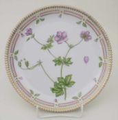Teller mit Sumpf-Storchschnabel / A plate with geranium, Flora Danica, Royal Copenhagen, 20. Jh.