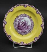 Teller mit Purpurmalerei / A plate with a Watteau scene in purple, Meissen, um 1815