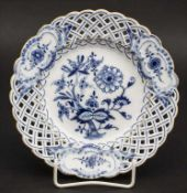 Durchbruchteller Zwiebelmuster / A breakthrough plate with onion pattern, Meissen, um 1860