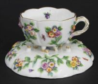 Tasse und Untertasse mit aufgelegten Blüten / A cup and saucer with encrusted flowers, Meissen,