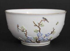 Schale mit Kirschblütenzweigen, Vögeln und Insekten / A bowl with cherry blossom branches, birds and