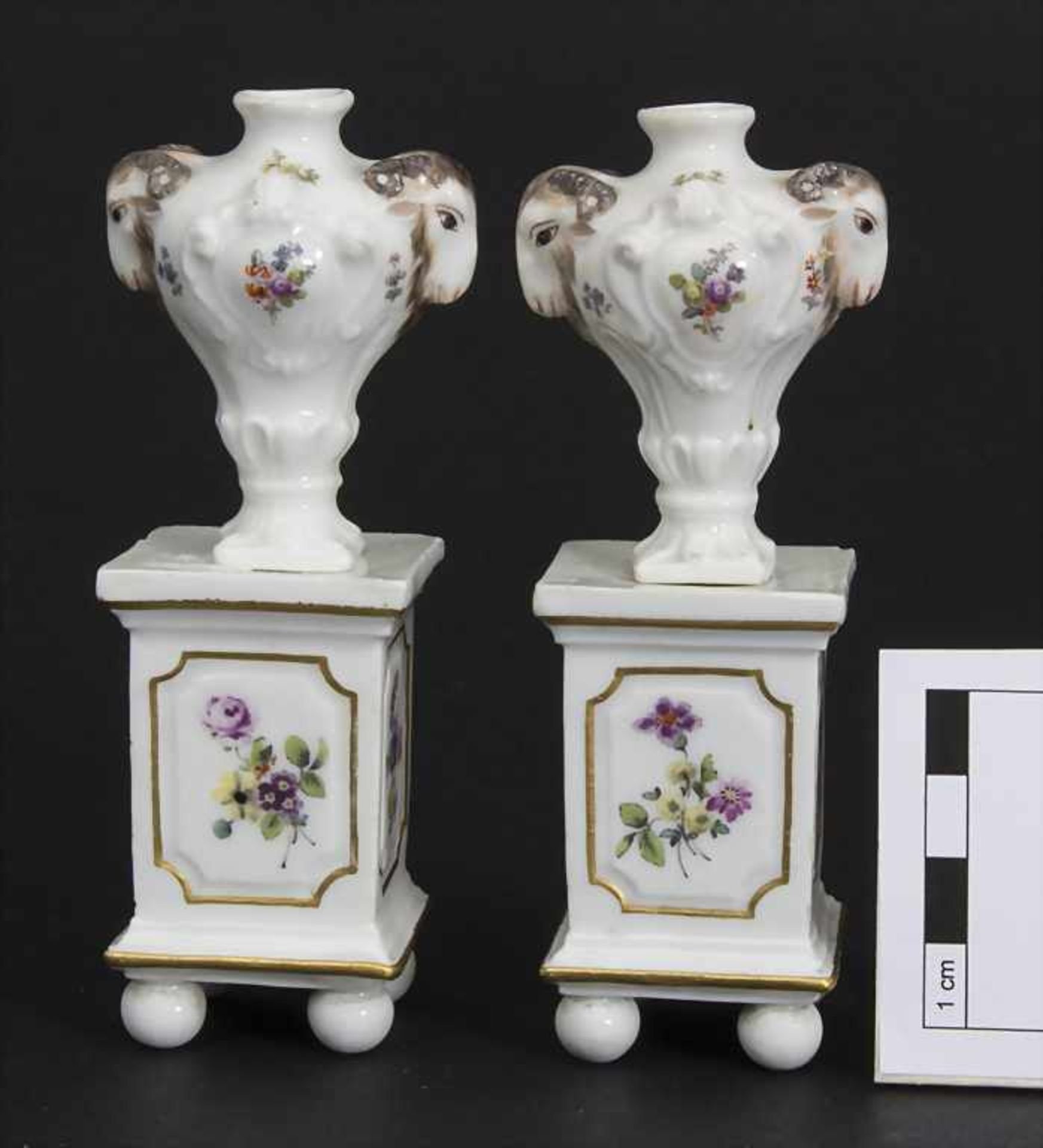 Paar Miniatur Vasen mit Widderköpfen auf Postamenten / A pair of miniature vases with ram heads on - Bild 3 aus 9