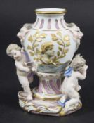 Vase mit Satyr Maskarons und 3 Amoretten / A vase with satyr mascarons and 3 cherubs, Meissen, um