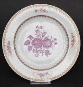 Porzellan-Teller mit Rosen- und Goldrankendekor / A porcelain plate with roses and gilt tendrils,