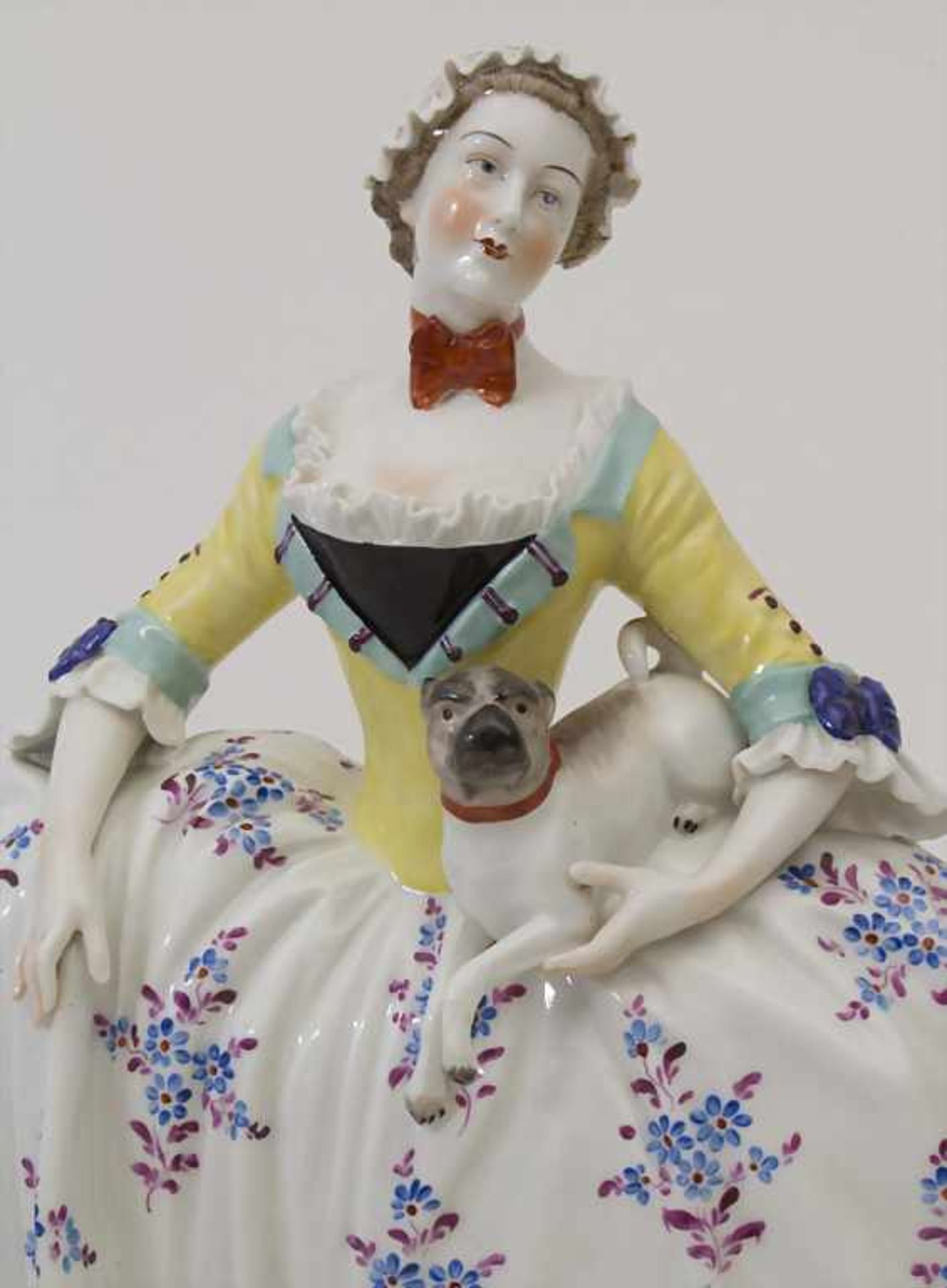 Große Figurengruppe einer Dame mit 2 Möpsen / A large figural group of a lady with 2 pug dogs, - Bild 7 aus 9