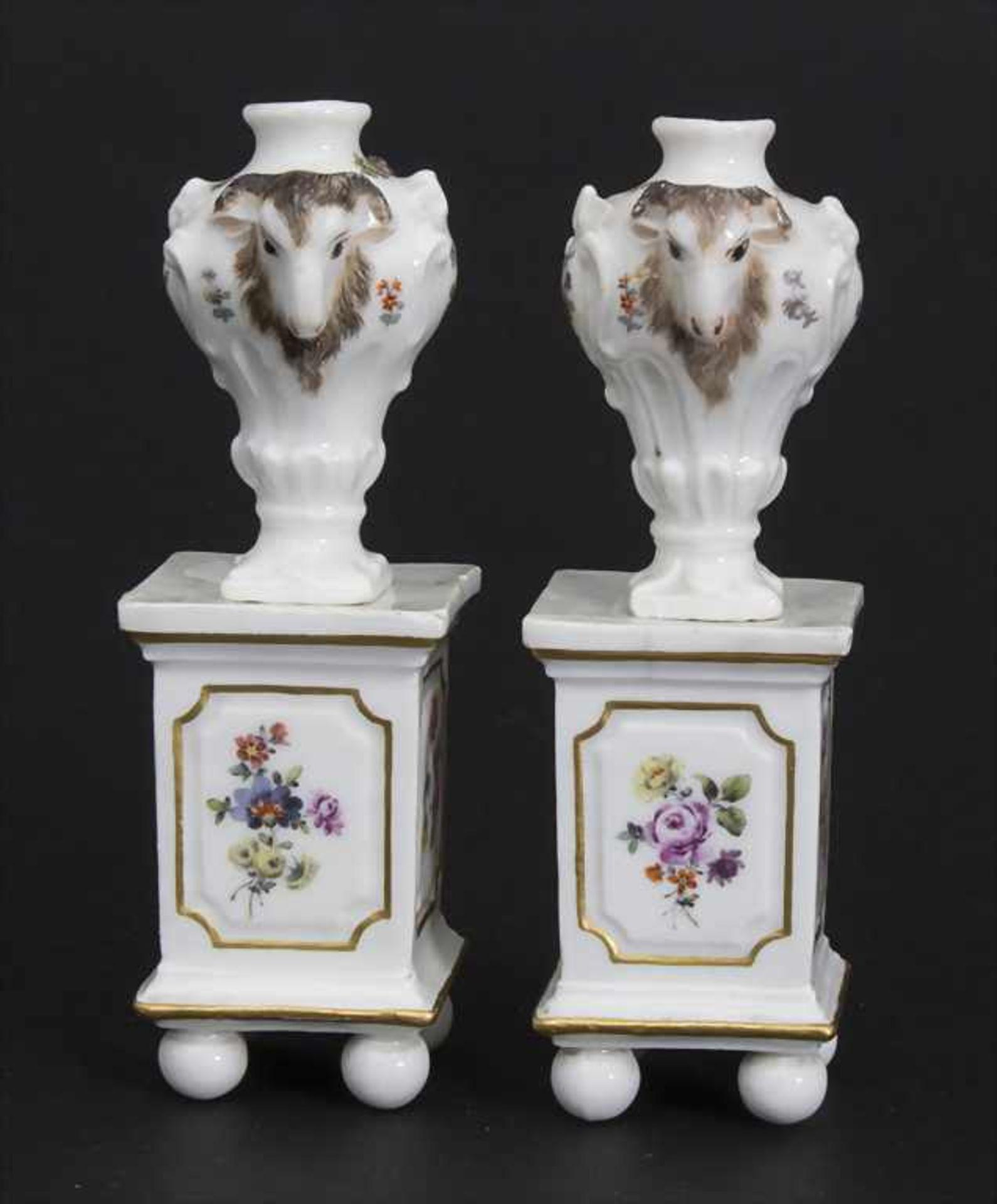 Paar Miniatur Vasen mit Widderköpfen auf Postamenten / A pair of miniature vases with ram heads on - Bild 4 aus 9