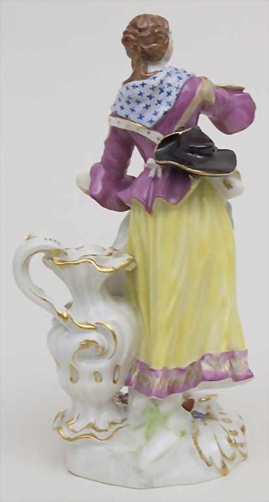Schäferin mit hohem Henkelgefäß / A figure of a shepherdess with huge jug, Meissen, Mitte 20. Jh. - Bild 3 aus 6