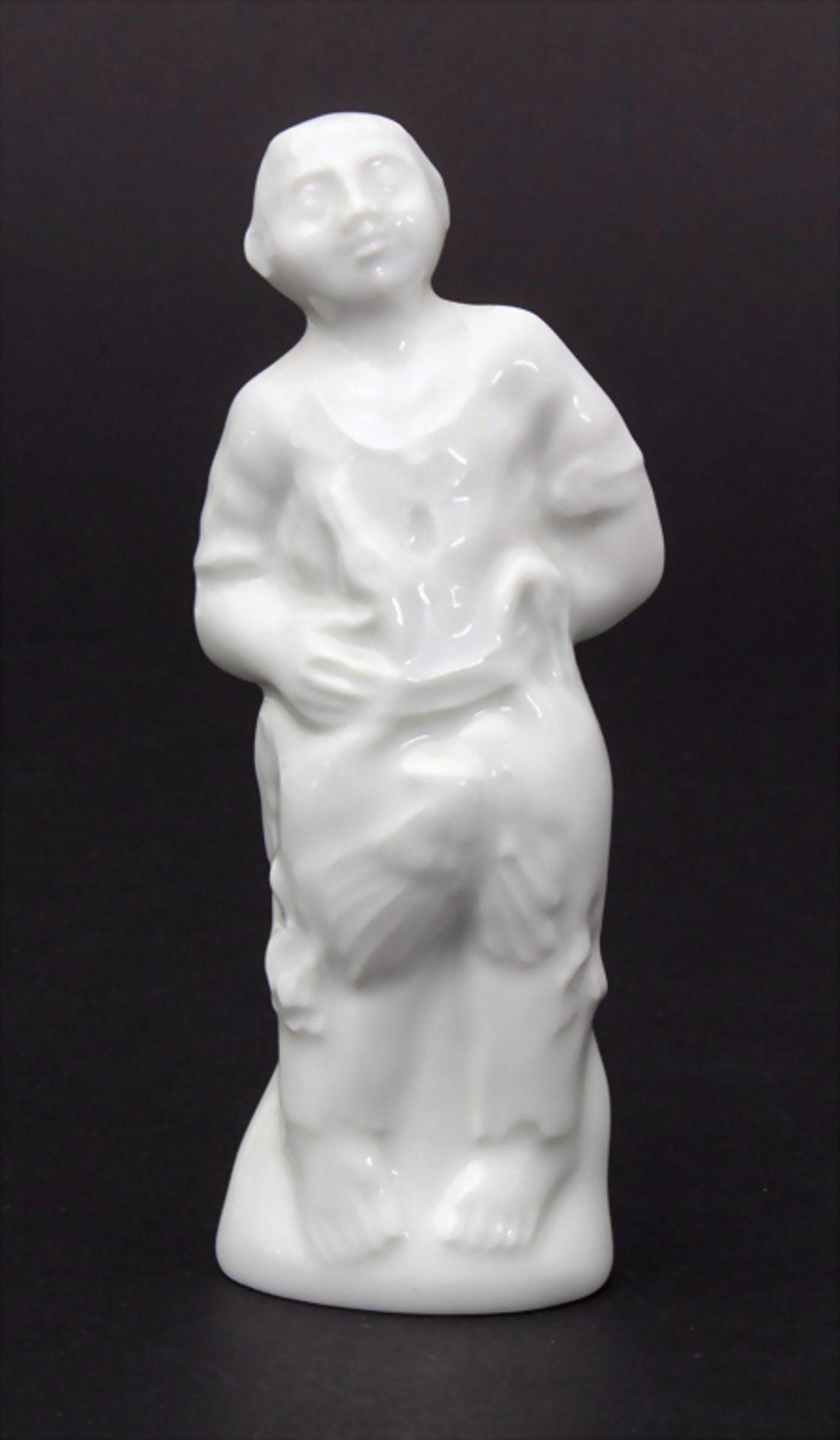 Miniaturfigur eines Bauernjungen mit zwei Gänsen / A miniature figurine of a peasant with two geese,