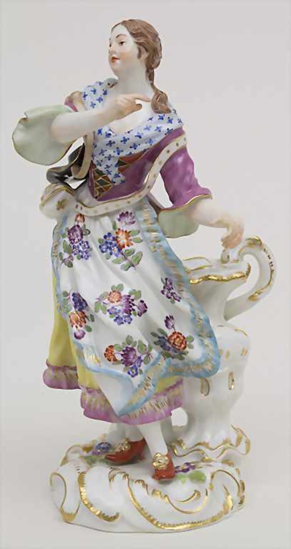 Schäferin mit hohem Henkelgefäß / A figure of a shepherdess with huge jug, Meissen, Mitte 20. Jh.