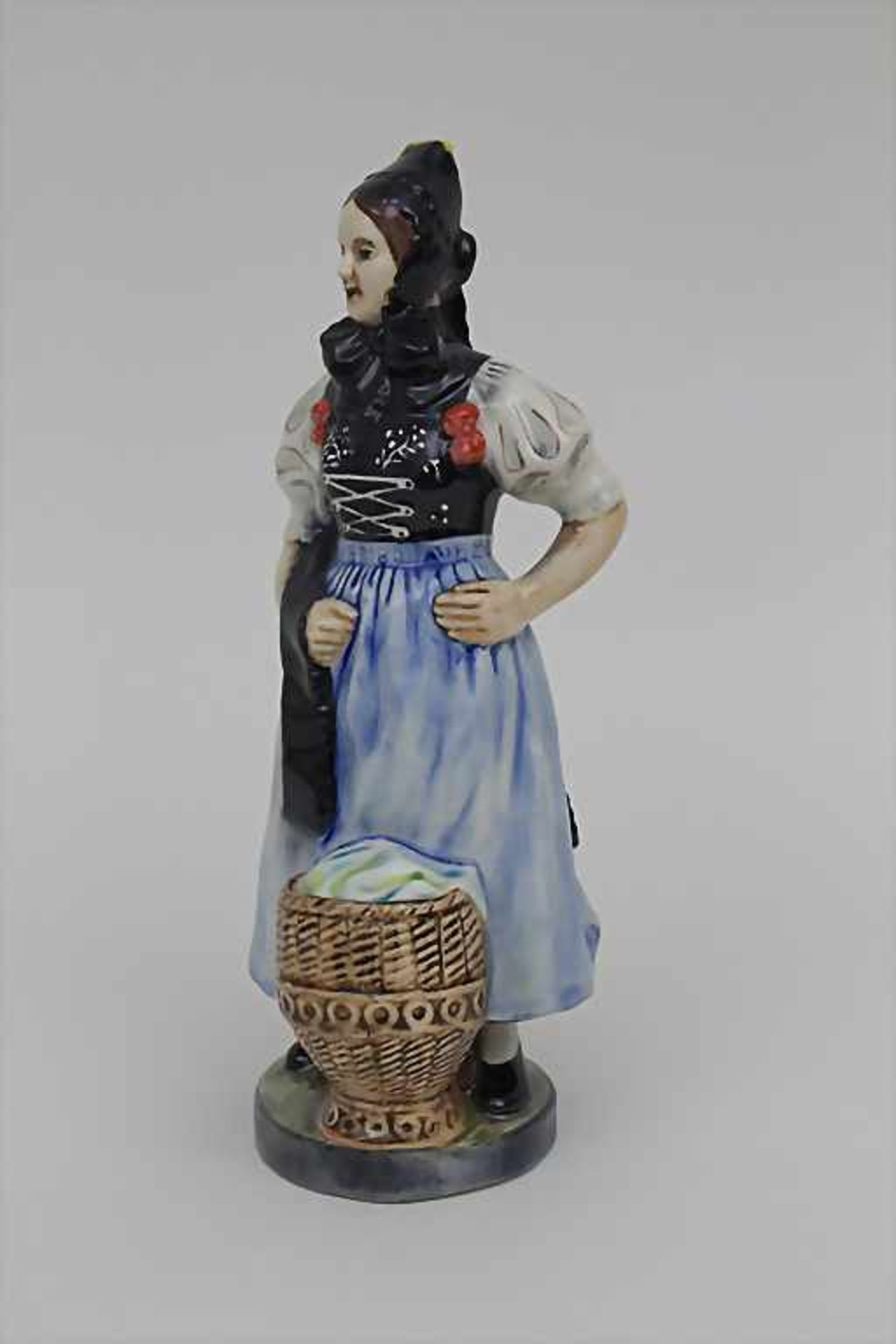 Trachtenfigur 'Tribergerin' / A costumed woman from the Black Forest, Karlsruher Majolika, um - Bild 3 aus 4