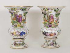 Paar Kratervasen mit galanten Szenen / A pair of urn vases with courting scenes, Carl Thieme,