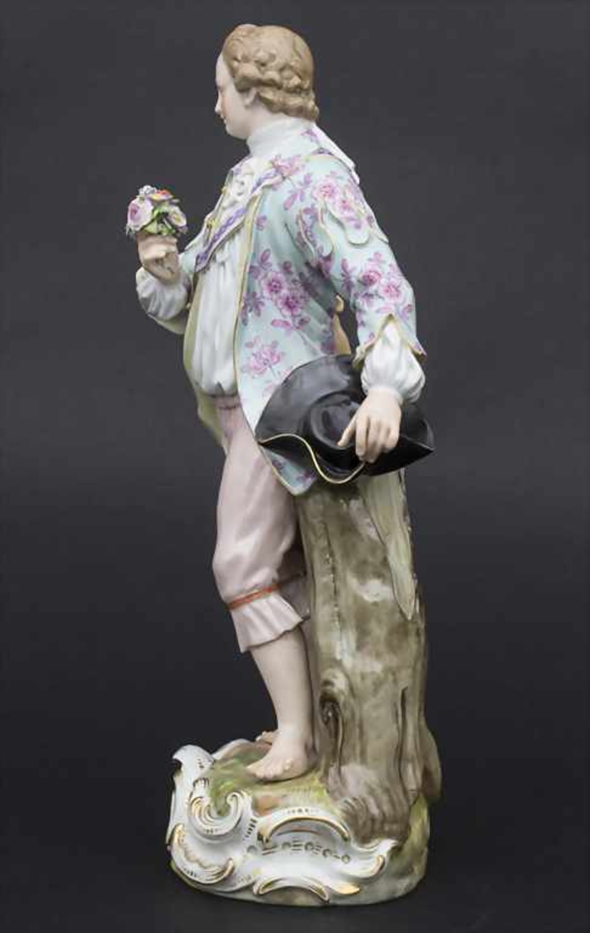 Große Figur eines jungen Mannes mit Blumenstrauß / A large figure of a young man with flower - Bild 3 aus 8