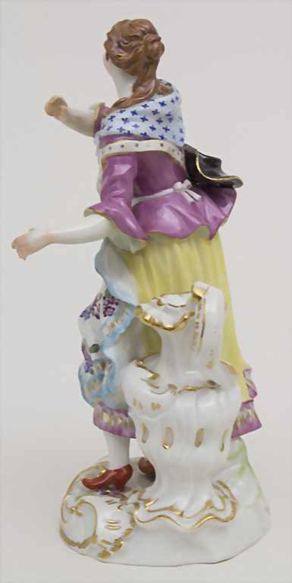 Schäferin mit hohem Henkelgefäß / A figure of a shepherdess with huge jug, Meissen, Mitte 20. Jh. - Bild 4 aus 6