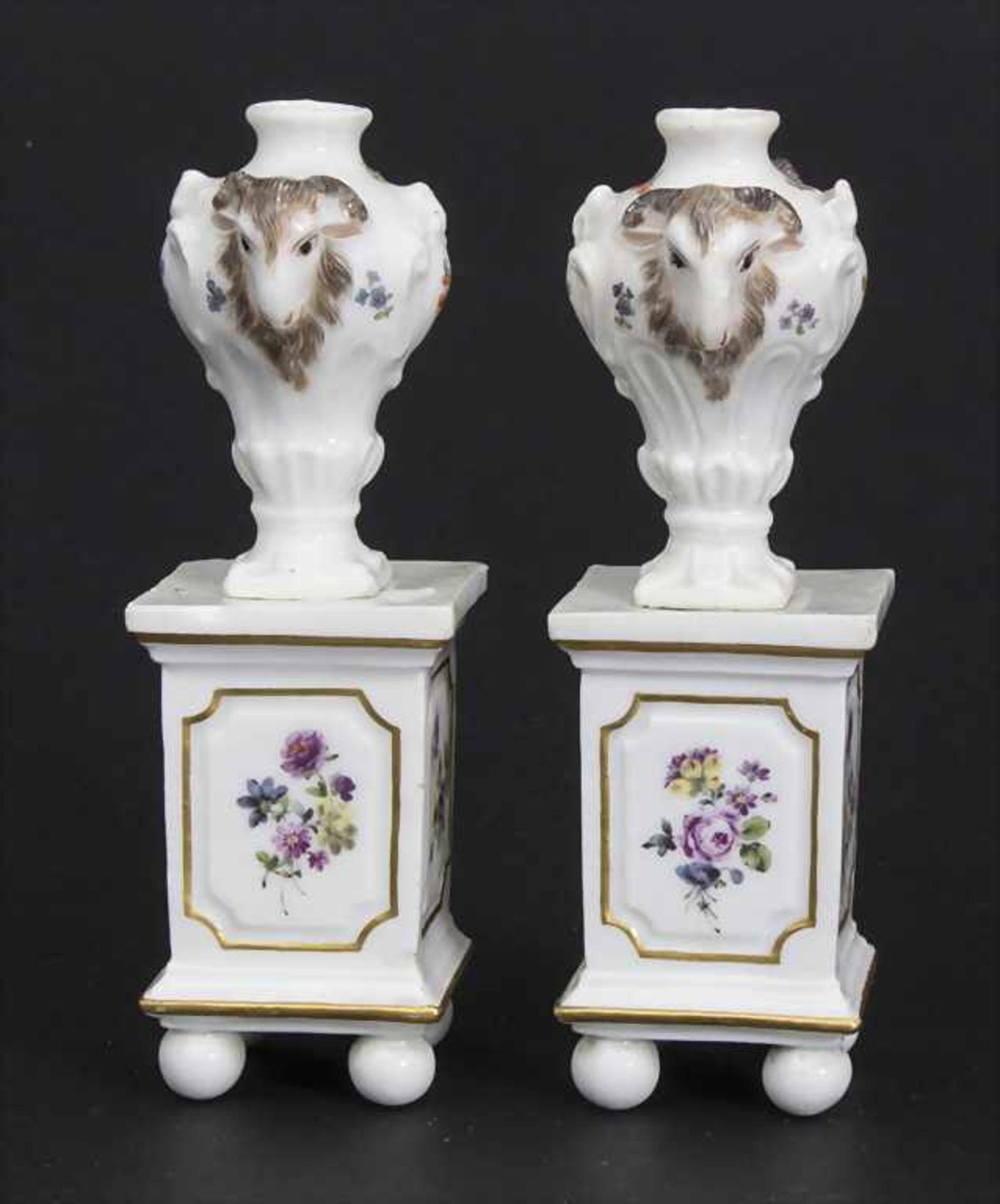 Paar Miniatur Vasen mit Widderköpfen auf Postamenten / A pair of miniature vases with ram heads on - Bild 2 aus 9