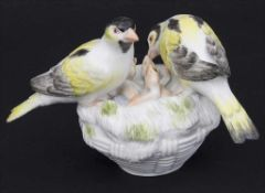 Kanarien-Vogelpaar mit Jungvögeln / A pair of canary birds with young birds, Meissen, Mitte 20. Jh.