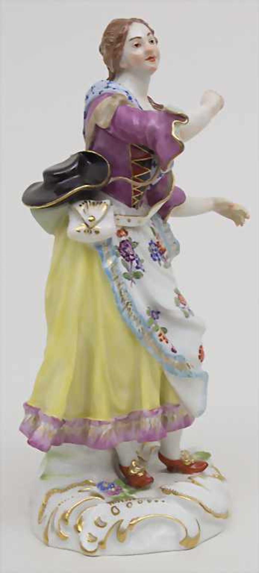 Schäferin mit hohem Henkelgefäß / A figure of a shepherdess with huge jug, Meissen, Mitte 20. Jh. - Bild 2 aus 6