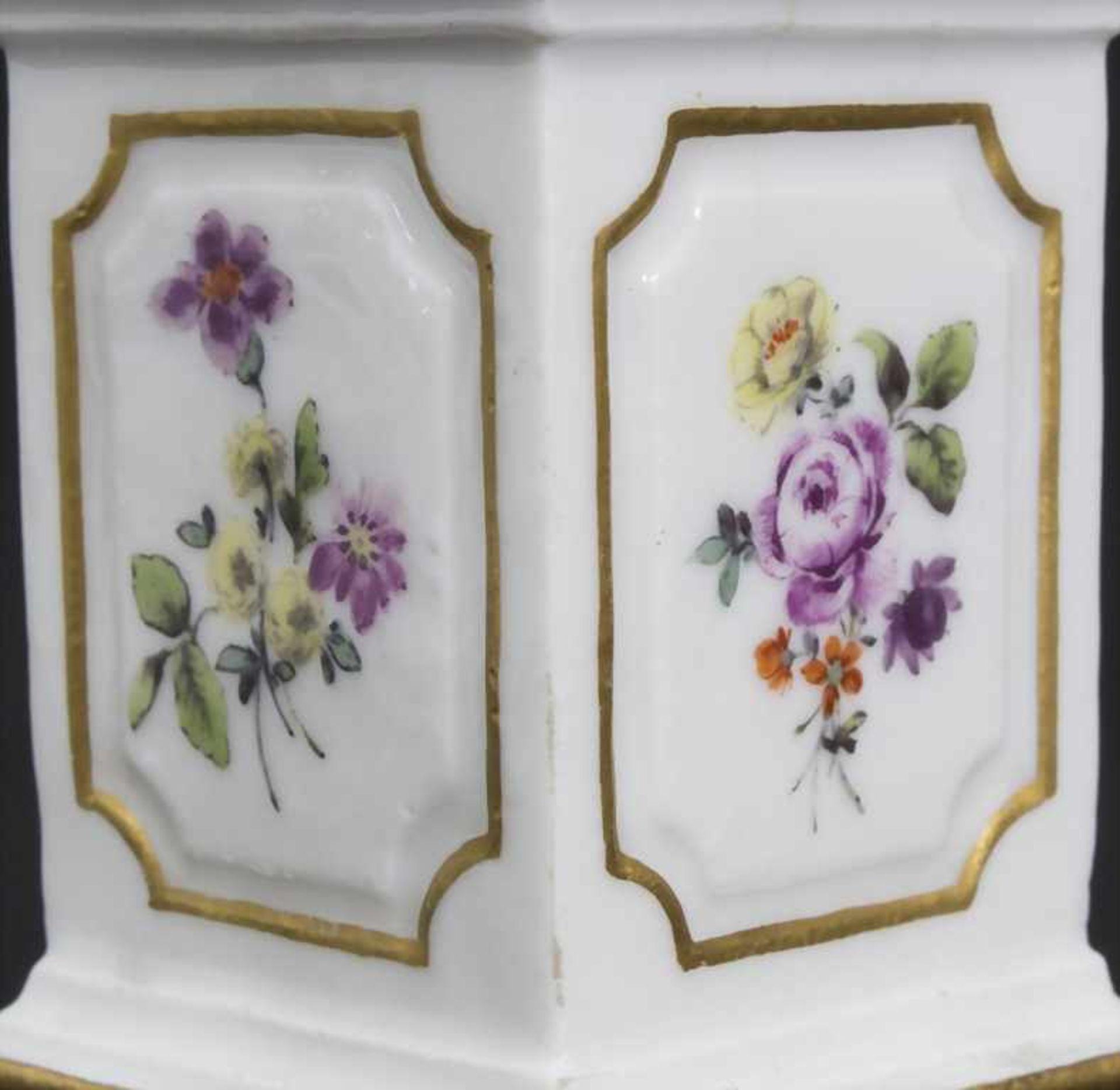 Paar Miniatur Vasen mit Widderköpfen auf Postamenten / A pair of miniature vases with ram heads on - Bild 8 aus 9