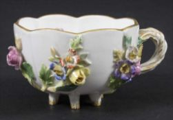 Blütentasse / A cup with encrusted flowers, Meissen, Mitte 19. Jh.