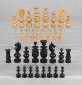 Schachspiel19. Jh., Holz gedrechselt, teils geschwärzt, kompletter Satz Spielfiguren, leichte