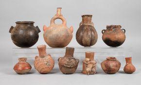 Sammlung präkolumbische Gefäßeeine Flasche mit figürlicher Applikation, eine dergleichen mit