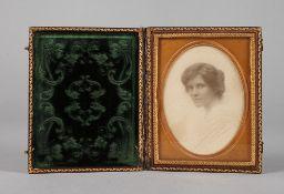 Albumindruck DamenportraitMitte 19. Jh., ungemarkt, floral geprägtes Lederetui mit partieller