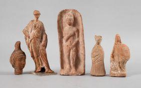 Konvolut figürliche Terrakotten des Altertums5 Stück, dabei eine Tanagra-Figur, ein Minerva-Kopf,