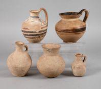 Fünf unteritalische Vasenzwei daunische Henkelgefäße des 5. und 4. Jh. v. Chr., H ca. 15,5 und 17
