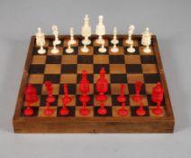 Schachspiel Bein19. Jh., mehrteilig gearbeitet und montiert, teils gedrechselt und farbig gefasst,