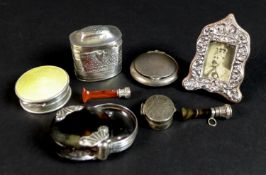 A group of silver items comprising a Dutch silver marriage box, with Continental marks, 0.43toz, 3.9