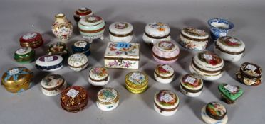 A quantity of early 20th century painted ceramic trinket boxes of various sizes and shapes,