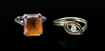 A cross-over reeded gold ring, claw-set