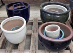A quantity of modern garden pots of various sizes, the largest being 52cm wide x 41cm high (13).