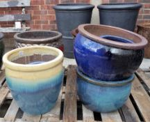 A quantity of modern garden pots of various sizes, the largest being 51cm wide x 41cm high (12).