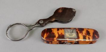 A magnifying glass, late 18th/early 19th century, in shaped tortoiseshell case,