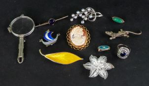 A small collection of jewellery, compris