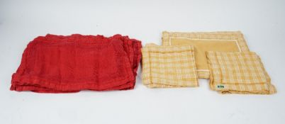 Sets of coloured napkins,