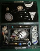 A JEWELLERY BOX CONTAINING A SELECTION OF HAT PINS AND JEWELLERY VARIOUS