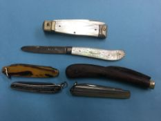 Collection of pocket knives including silver and a mother of pearl knife (6)