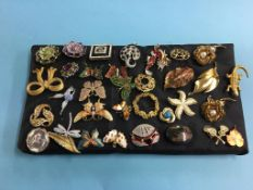 Thirty four decorative brooches