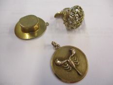 A quantity of 9ct gold jewellery comprising a pendant in the form of a top hat, a pendant with an