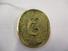 A 9ct gold oval shaped pendant with the initial C, weight 10.6g