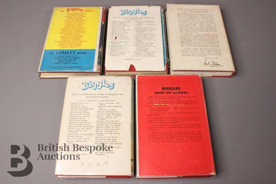 Five W E Johns Biggles First Edition Books in Dust Jackets - Image 2 of 6