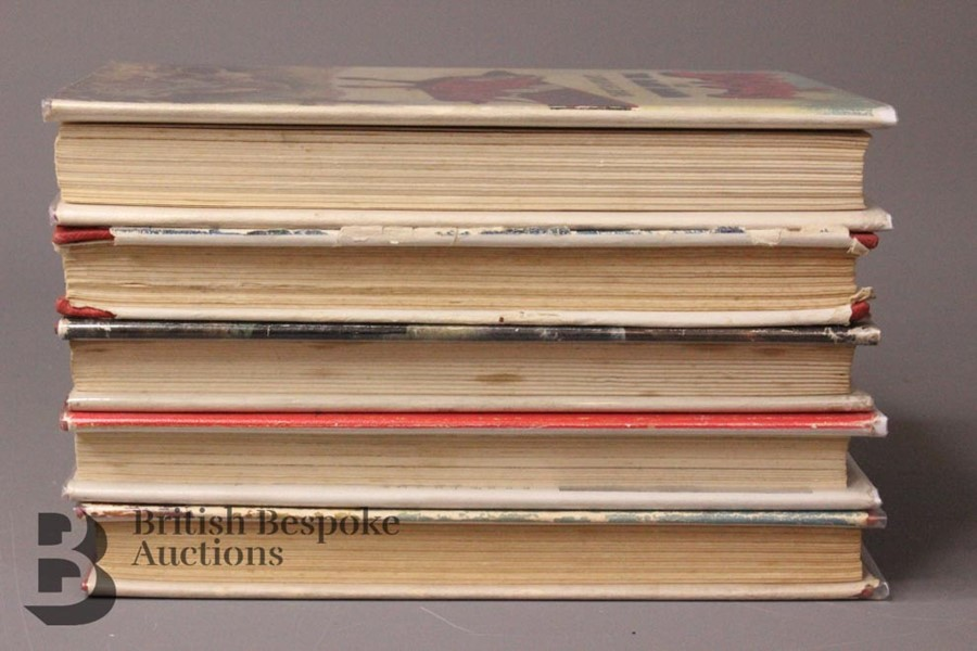 Five W E Johns Biggles First Edition Books in Dust Jackets - Image 3 of 6