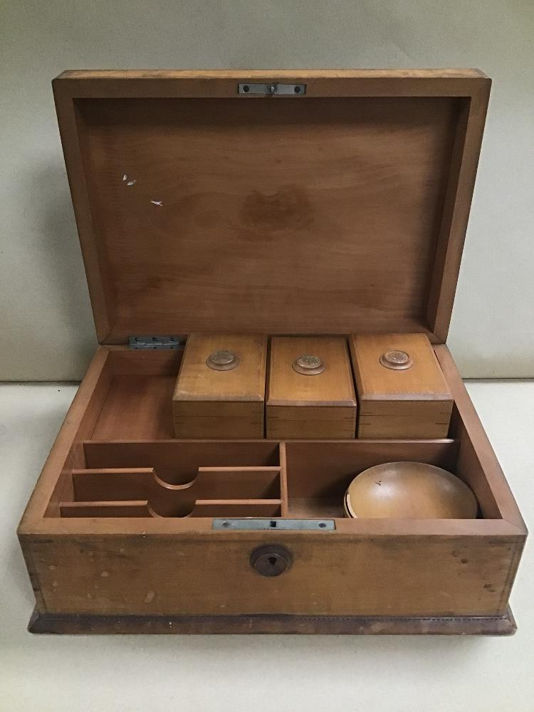 Lot 19 - AN UNUSUAL WOODEN STORAGE BOX WITH COMPARTMENTED INTERIOR, 28.5CM WIDE