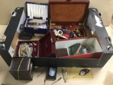 A BOX OF ASSORTED COSTUME JEWELLERY, INCLUDING BIRD CLAW BROOCH ETC