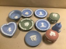 ASSORTED WEDGWOOD JASPERWARE, COMPRISING PIN DISHES, LIDDED TRINKET POTS AND MORE