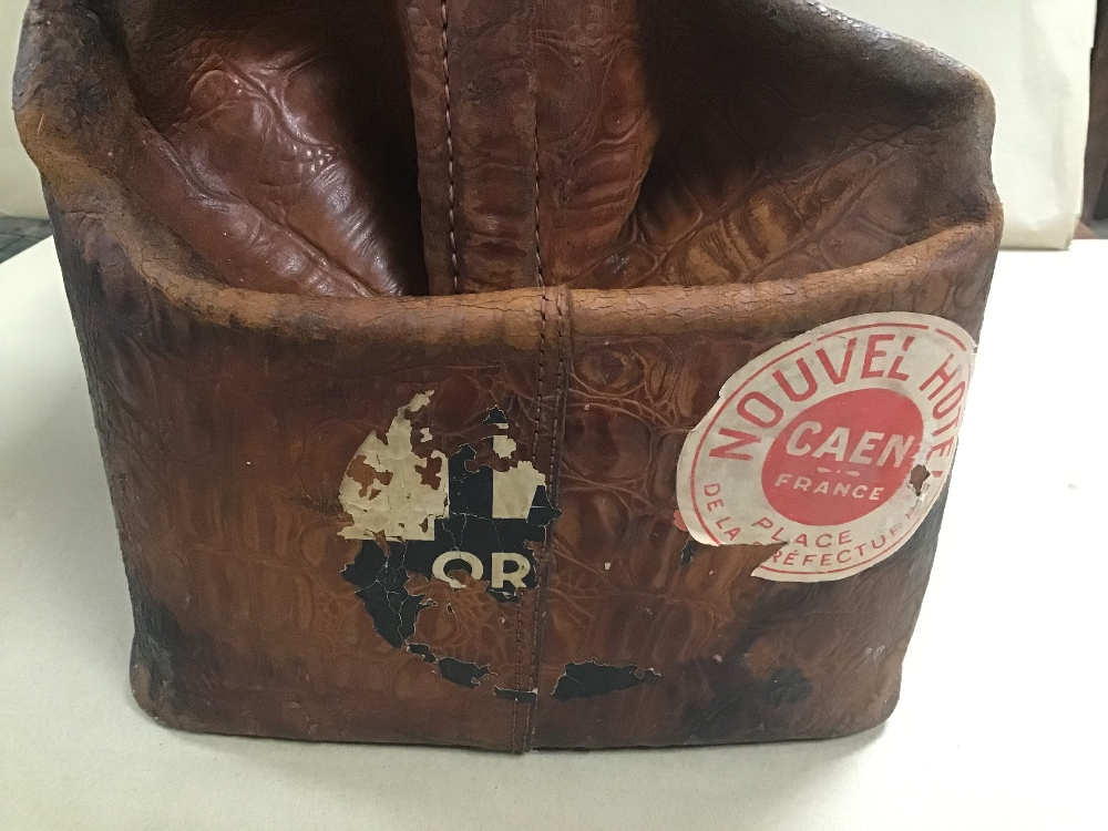 Lot 22 - AN EARLY 20TH CENTURY CROCODILE LEATHER GLADSTONE DOCTORS BAG BY PYRAMID HIGH GRADE TRAVEL GOODS,